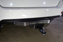 Фаркоп на Toyota Fortuner (2017-) с нерж.накладкой, надпись Fortuner (ТСС TCU00097)